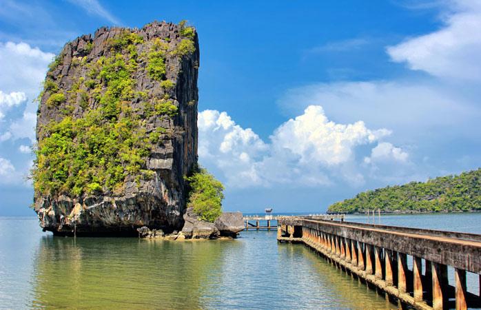 Ein Spaziergang über den Pier zu der einzigartigen Felsformation von Ko Tarutao