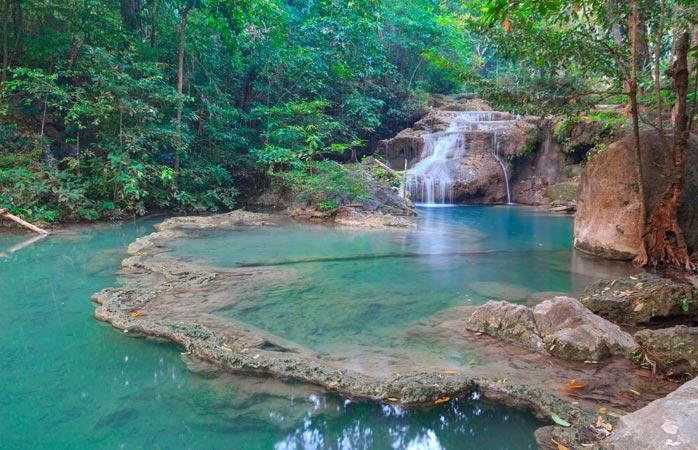 Nimm ein Bad im türkisfarbenen Wasser an den paradiesischen Erawan-Wasserfällen