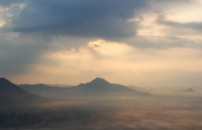 Das Nebelmeer am Berg Phu Thok bei Sonnenaufgang
