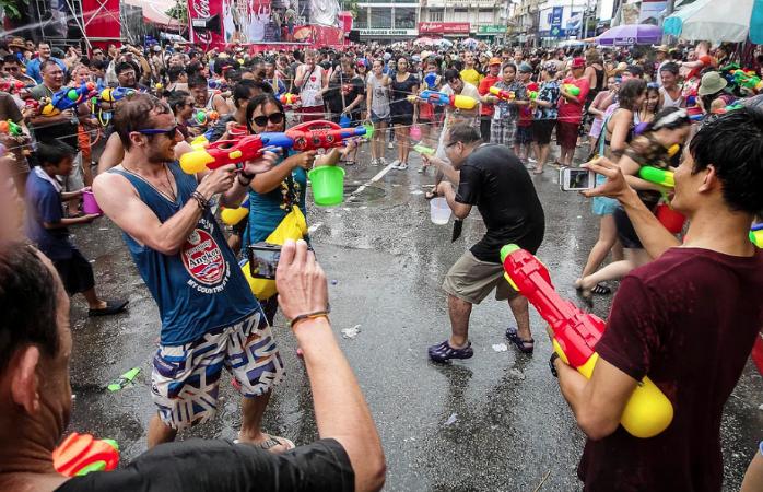 Wasserschlacht beim Songkran Waserfest in Bangkok
