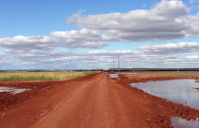 Sojafelder und rote Feldwege in Canindeyú, Paraguay