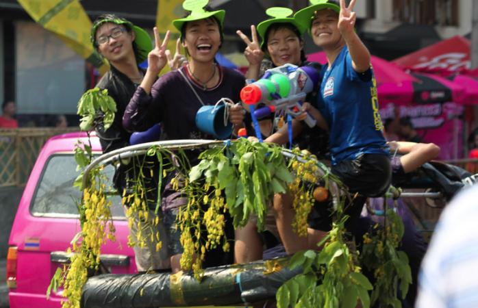 Thailänder mit Wasserpistolen beim Wasserfest