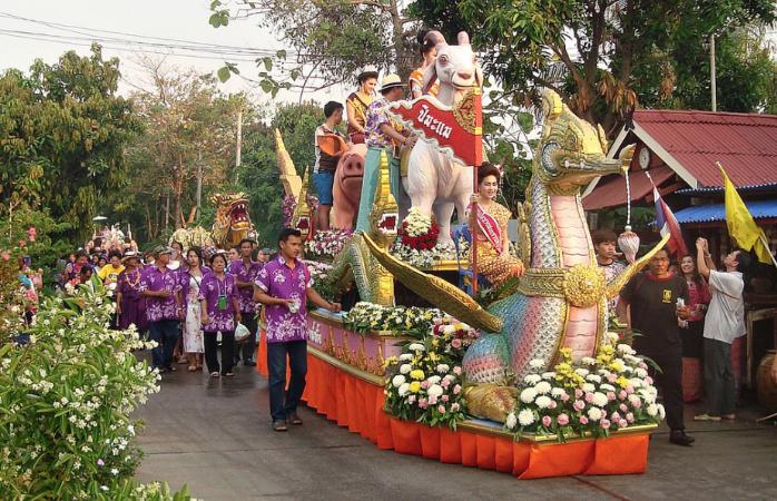 Traditioneller Festumzug beim Wasserfest in Thailand
