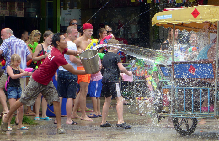 Beim Wasserfest in Thailand werden selbst Taxifahrer nass