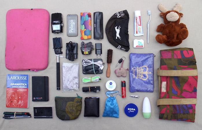Grundausrüstung, die Sissi in ihrer Fahrradtasche verstaut. Das Notizbuch von momondo darf natürlich nicht fehlen!