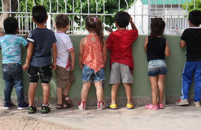 Neugierige Kinder in einem Kindergarten in Campo Largo in der Provinz Chaco, Argentinien