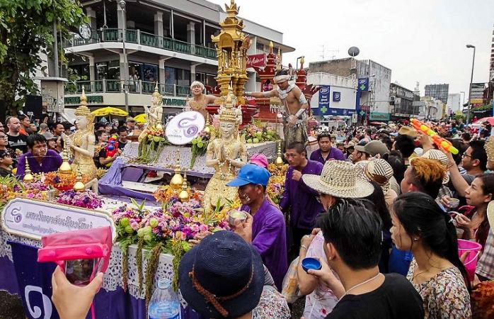 Menschen feiern beim Wasserfest in Thailand