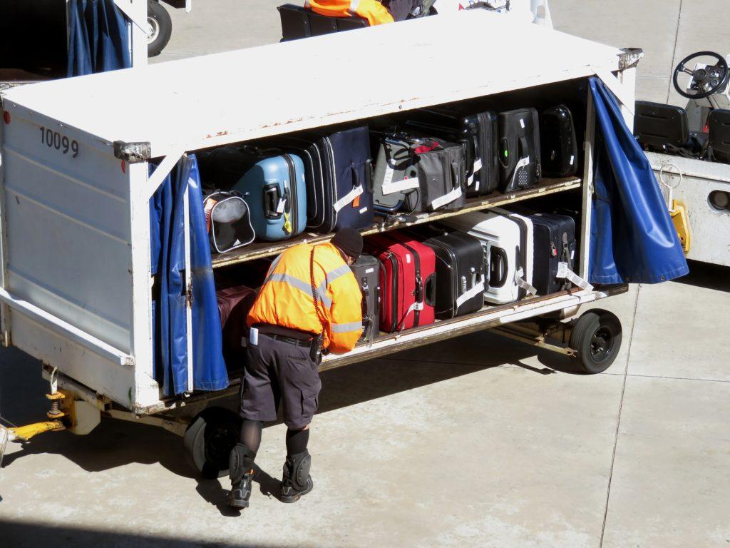 Gepäck auf dem Weg zum Frachtraum im Flugzeug