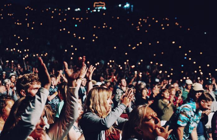 Ist ein Konzert auf deiner Liste von Dingen, die du auf Reisen unbedingt tun willst? Dann zieh es durch!