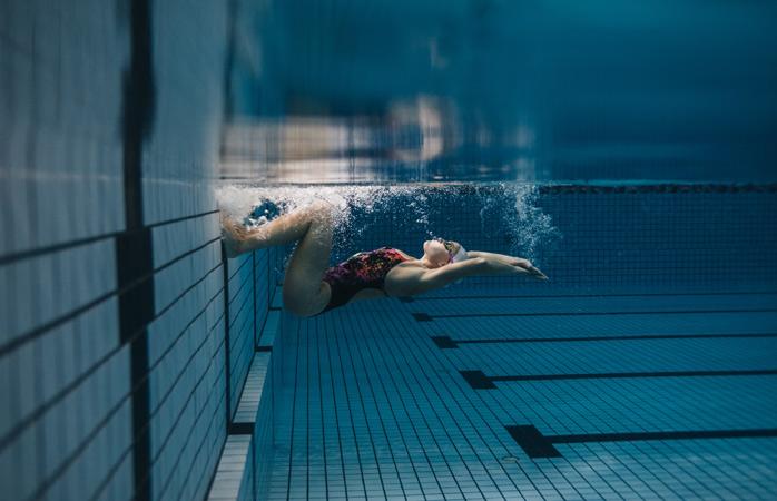 Erster Schritt: Geh in ein örtliches Schwimmbad und zieh ein paar Bahnen